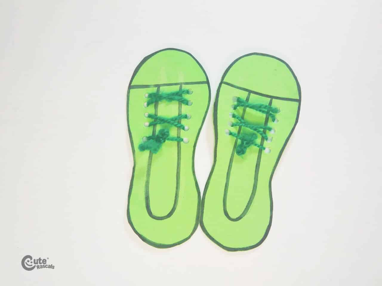 Grinch's shoes tied with yarn. Christmas crafts for kids