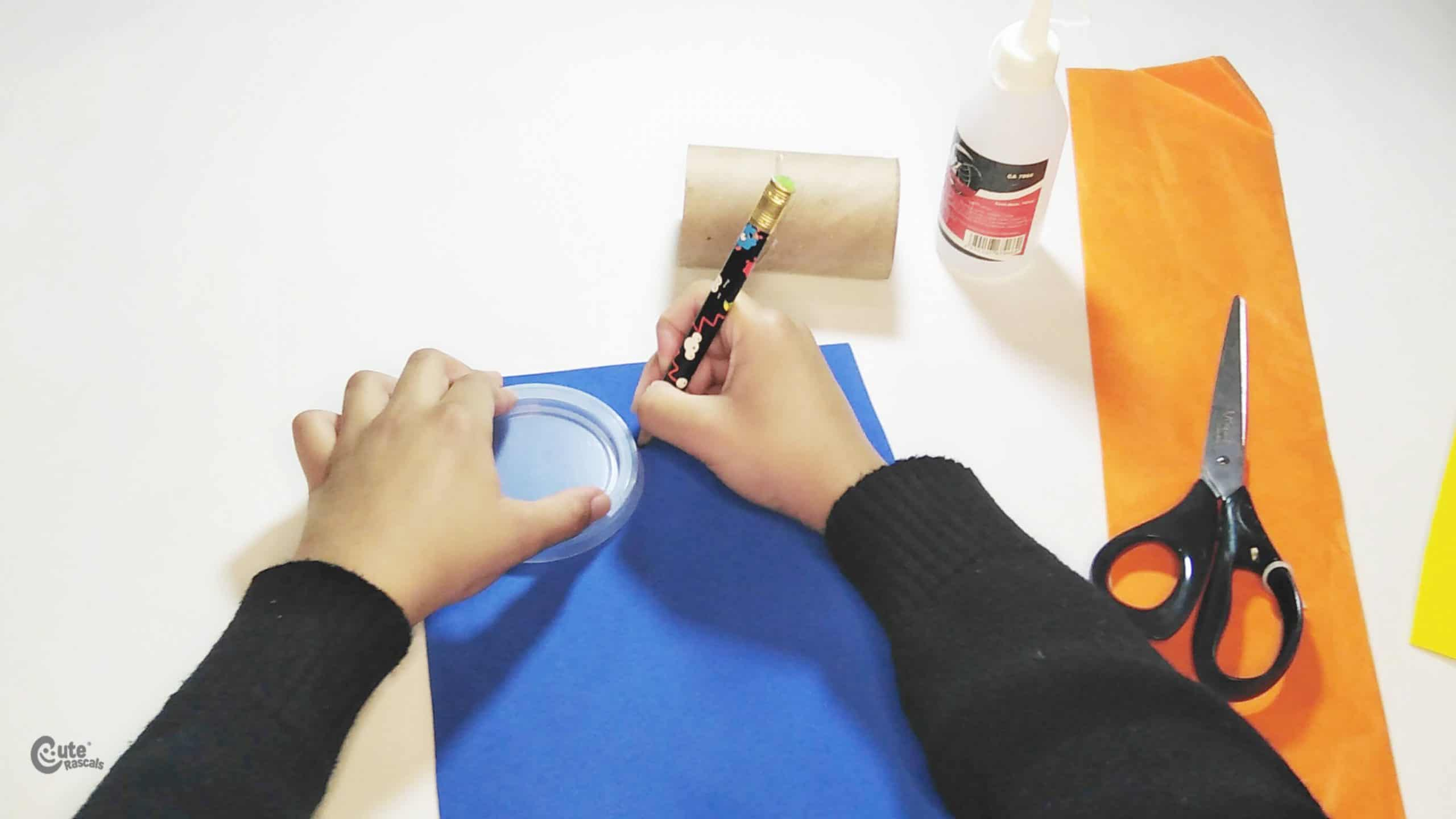trace the circle lid with the pencil. paper rocket craft